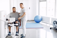 doctor-with-patient-in-physiotherapy-clinic